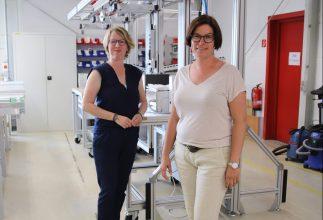 Andrea und Claudia Glaub in der Werkhalle in Salzgitter-Engelnstedt. Foto: Stephanie Link