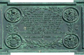 Diese Tafel ziert den Eingang des Vienenburger Gutshauses. Foto: Kjell Sonnemann