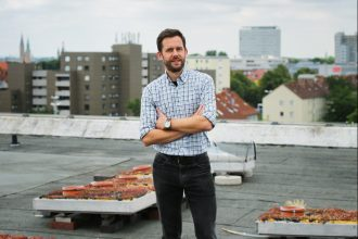Auf dem Institutsdach am Langen Kamp: Auch hier wurden Begrünungsmodule aufgebaut. Foto: Stephanie Link