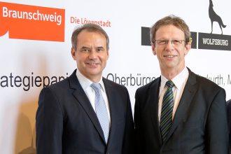 """Ulrich Markurth und Klaus Mohrs, Oberbürgermeister von Braunschweig und Wolfsburg, verhandeln über ein """"trikommunales"""" Gewerbegebiet. Foto: Daniela Nielsen"""