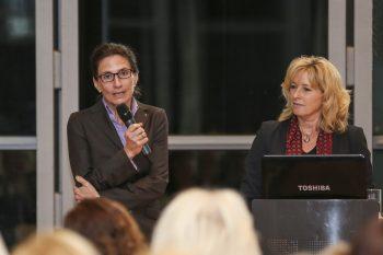 Dr. Bettina Rothärmel, Marketing- und Vertriebsleiterin des BZV Medienhauses, und Claudia Kayser, Leiterin der Direktion Wolfsburg der Volksbank Brawo, hatten zu diesem Vortrag eingeladen. Foto: regios24/Anja Weber