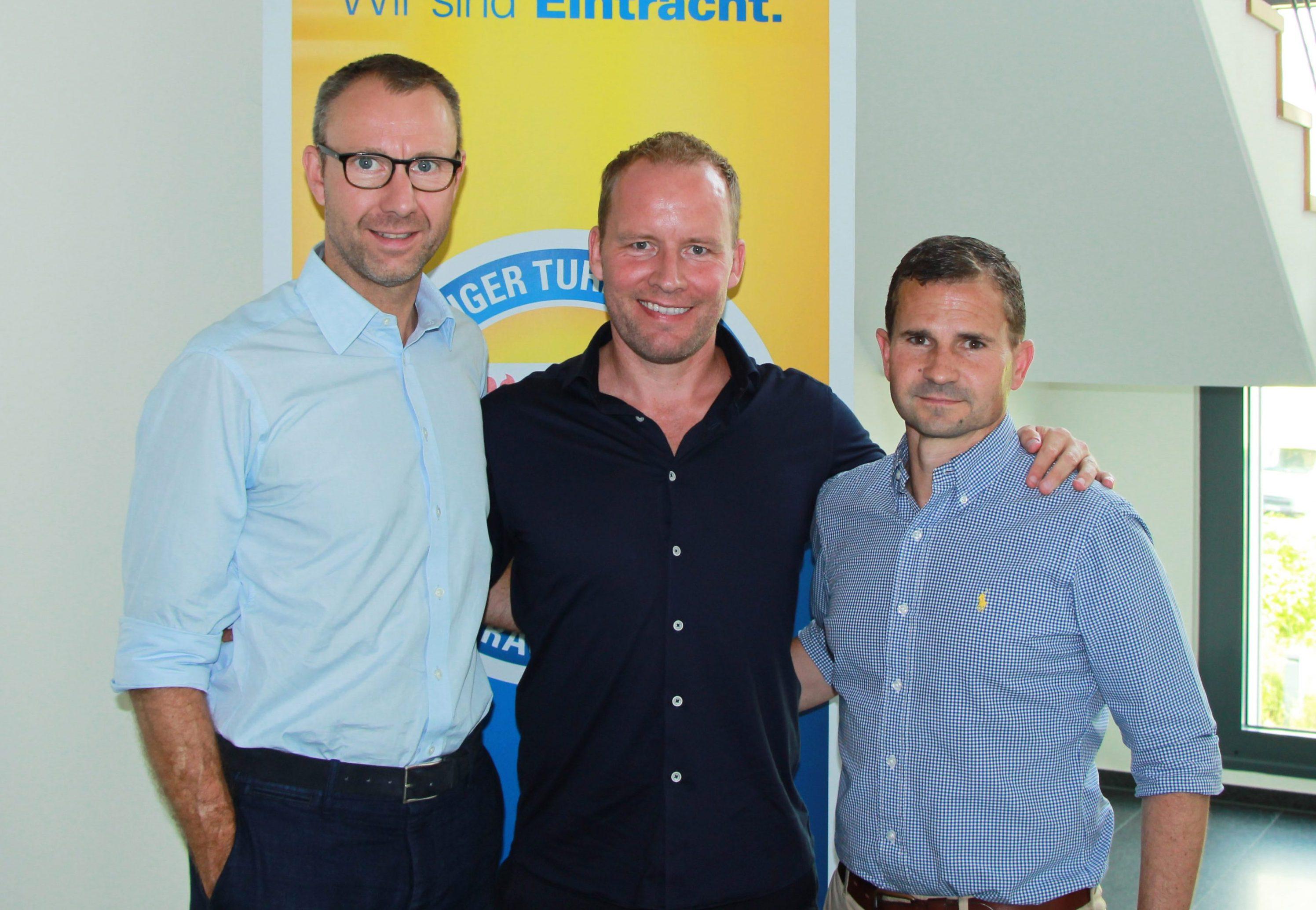 Soeren Oliver Voigt, Eintracht-Geschäftsführer, der neue Trainer Henrik Pedersen und Marc Arnold, Sportlicher Leiter der Eintracht. Foto: Eintracht.com