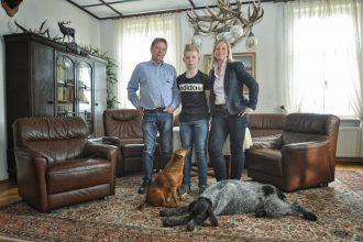 Stefan Voges und Wiebke Janshen mit ihrem Sohn Claas und den Jagdhunden der Familie. Auf dem Bild fehlen die beiden jüngeren Töchter des Paares. Foto: Gesa Lormis