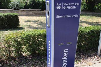 Gifhorns erste Stromtankstelle: Seit 2014 kann auf dem Ise-Parkplatz in der Innenstadt getankt werden. Foto: Stephanie Link