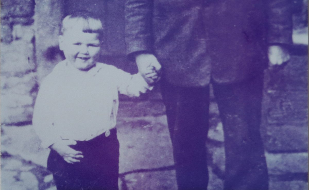 Generationen-Bild: Seniorchef Karl Hohls an der Hand seines Opas. Foto:
