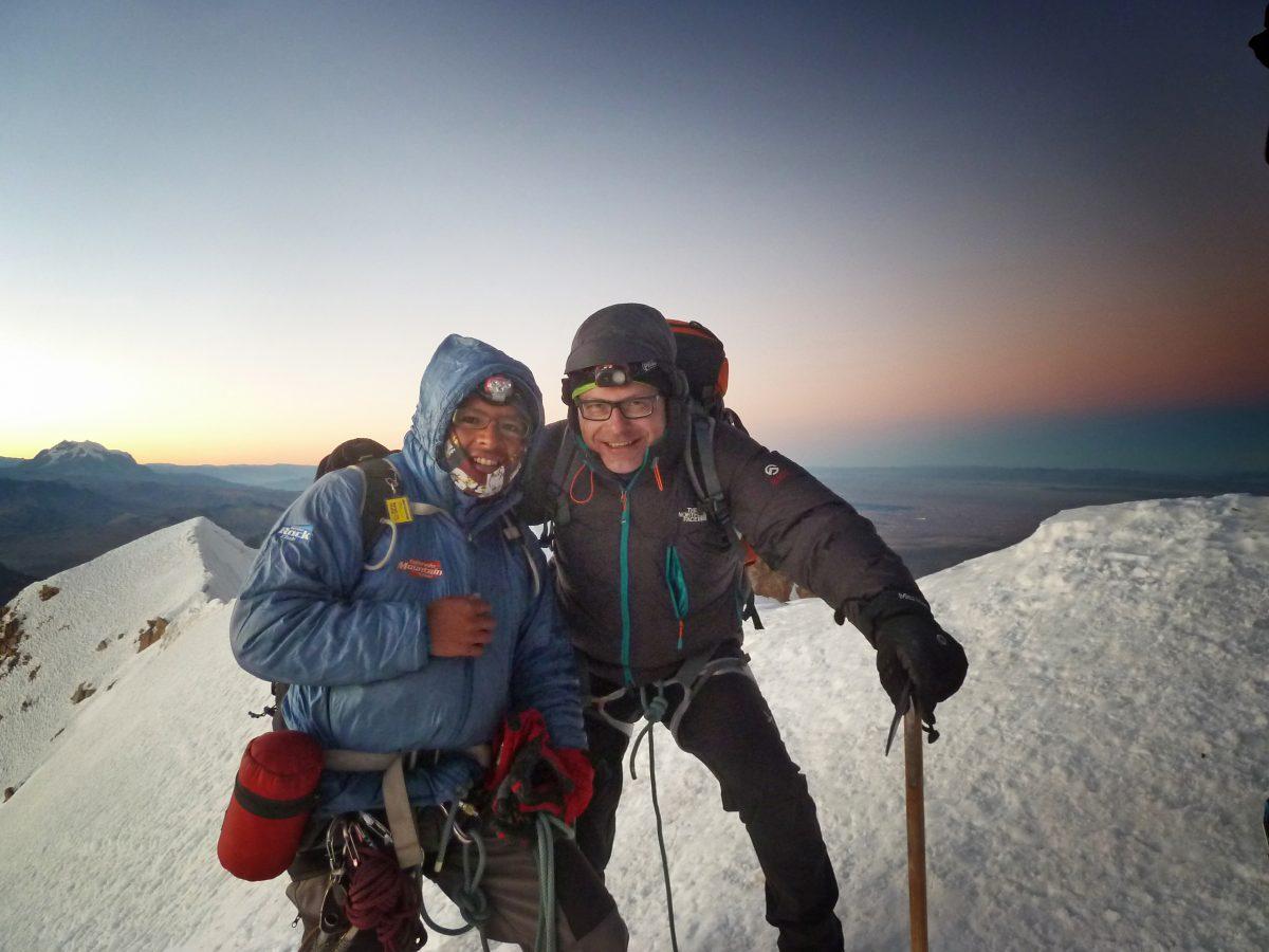 Das Bild entstand im August 2012 kurz vor Sonnenaufgang auf dem Gipfel des bisher höchsten Berges, dem Huayna Potosi (6088 Meter), in den bolivianischen Anden. Links neben Sörgel sein bolivianischer Bergführer Jesús. Foto: privat