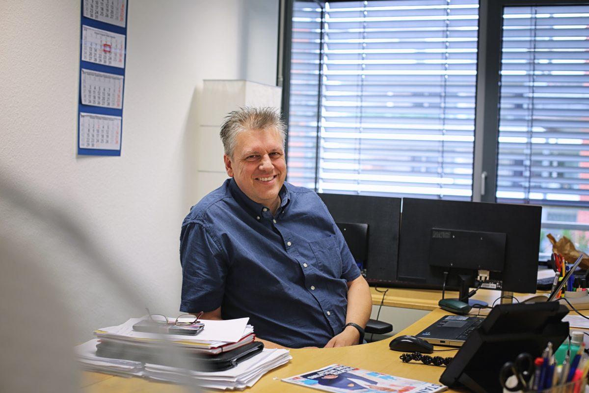 Axel Vogelsang an seinem Schreibtisch. Foto: Derya Özlük