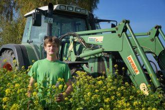 Christoph Gerecke setzt die Tradition seines Vaters Udo fort und bewirtschaftet seine Felder mit einer Zwischenfrucht. Foto: Michael Hahn