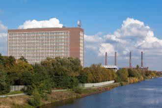 Das VW-Verwaltungshochhaus von Südwesten mit Mittellandkanal und Heizkraftwerk. Foto: Volkswagen AG