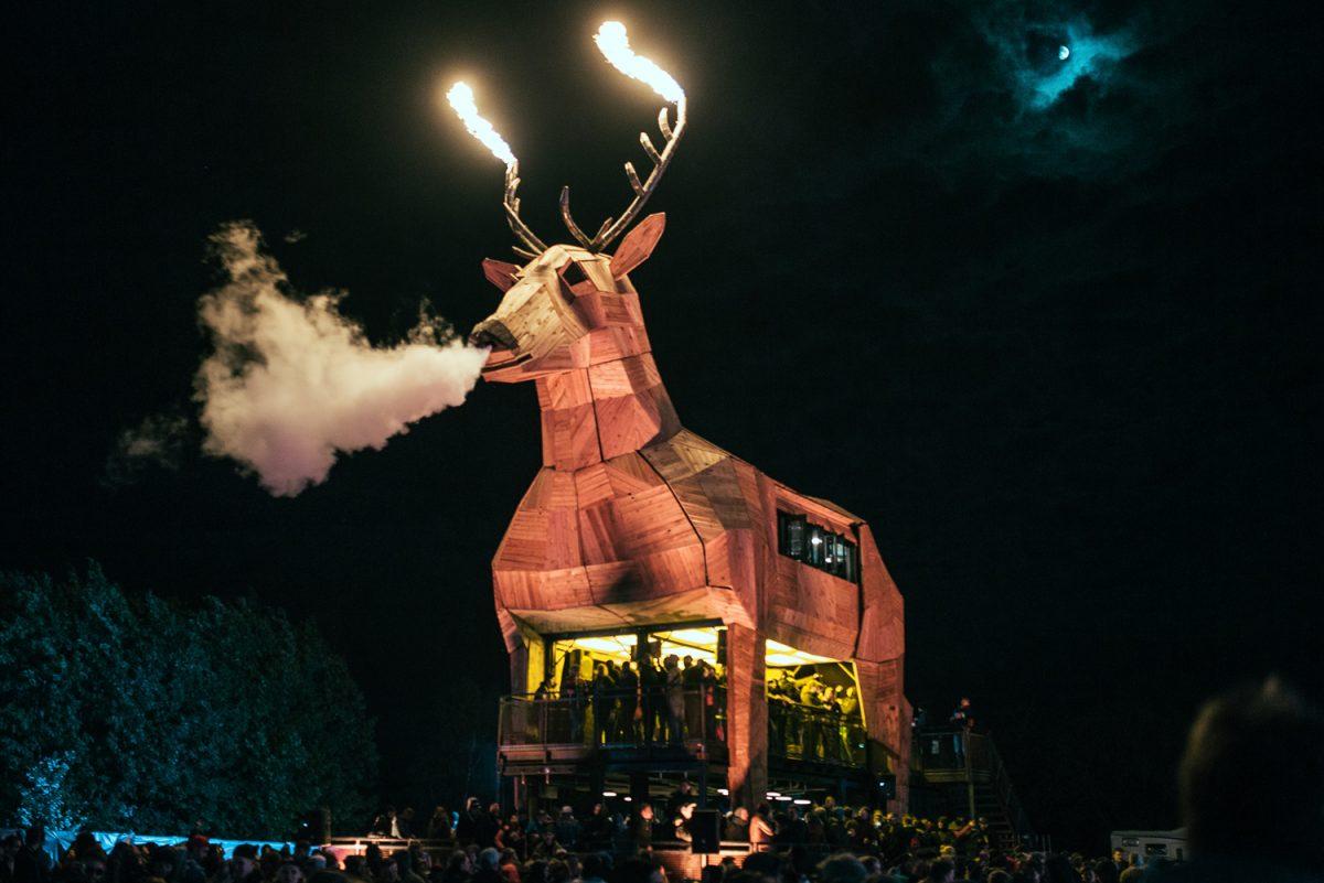 Der Platzhirsch: 20 Meter groß und mit Feuer und Qualm – so präsentiert das Wolfenbütteler Unternehmen sein Produkt gegenwärtig auf Festivals. Foto: Mast-Jägermeister SE