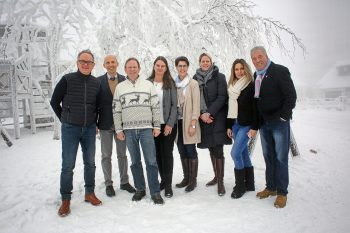 Gruppenfoto auf dem verschneiten Wurmberg: Initiatoren und Macher des HarzForumZukunft. Foto: Holger Isermann