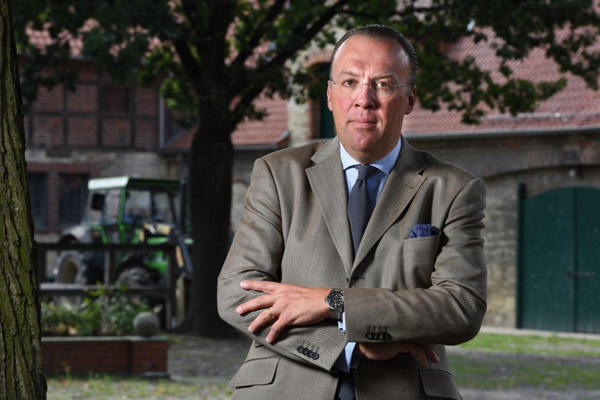 Günther Graf von der Schulenburg auf dem Hof des Ritterguts. Foto: A. Greiner-Napp