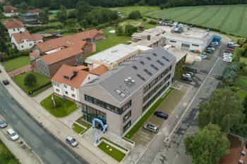 2017 wurde am Unternehmenssitz in Grasleben das neue Verwaltungsgebäude eingeweiht. 1962 sah die Sport-Thieme-Welt noch beschaulicher aus (Foto rechts). Foto: Sport-Thieme