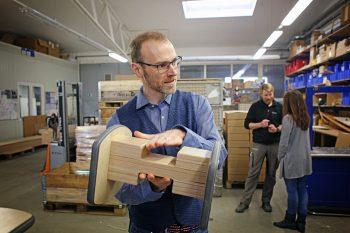 Made in Grasleben: Maximilian Hohe erklärt in der Holzwerkstatt, wie der selbst produzierte Schaukelklotz für Turnbänke funktioniert. Foto: Holger Isermann