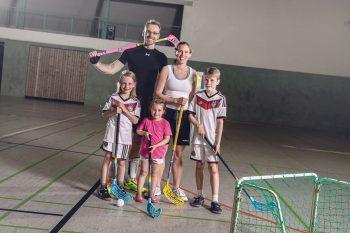 Familie Thieme-Hohe ist nicht nur im Sportgeschäft, sondern auch selbst sehr aktiv und spielt zum Beispiel gemeinsam Floorball. Foto: Sport-Thieme