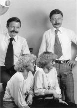 Joachim und Hubertus Klier mit zwei Kundinnen, die wie sie Zwillinge sind – natürlich mit Dauerwelle zum Komplettpreis. Foto: Klier