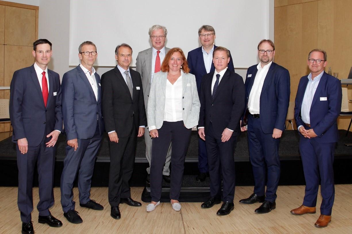 Stephan Lechelt (Altmeppen GmbH), Klaus Mohrs (Oberbürgermeister Wolfsburg), Ulrich Markurth (Oberbürgermeister Braunschweig), Julius von Ingelheim (Volkswagen AG, #WolfsburgDigital), Sybille Jeschonek (Groth-Sahle-Gruppe), Dr. Frank Fabian (Wolfsburg AG), Timo Herzberg (SIGNA Real Estate), René Weidig (Appelhagen Consulting GmbH), Jan Laubach (iwb Ingenieurgesellschaft mbH). Foto: Altmeppen GmbH