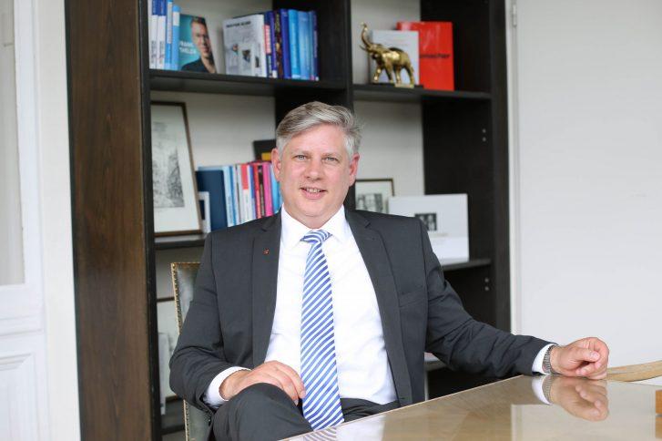 Sascha Raabe beim Gespräch in seinem Büro. Foto: Stephanie Joedicke.