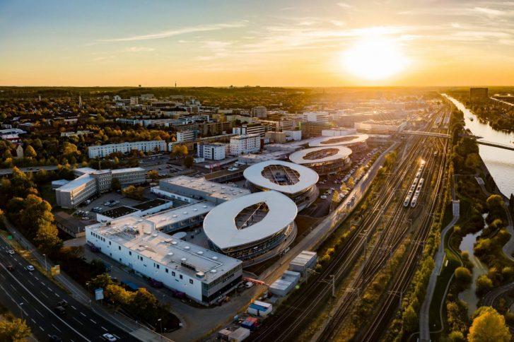 In direkter Nähe zum Hauptbahnhof prägen Gebäude wie die Ellipsen der Designer Outlets Wolfsburg oder das Phaeno Science Center das Stadtbild. Foto: Fotos: WMG/Julian Misiek.