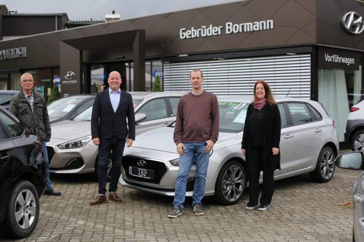 Michael Heimbs (Heimbs Consult), Holger Bormann (Autohaus Gebrüder Bormann), Dirk Flemmig (Flewo GmbH) und Annett Tonndorf (Inhaberin der Werbeagentur athoc) sind die Initiatoren hinter dem Wolfenbütteler Online-Shopping-Event. Foto: Stephanie Joedicke.