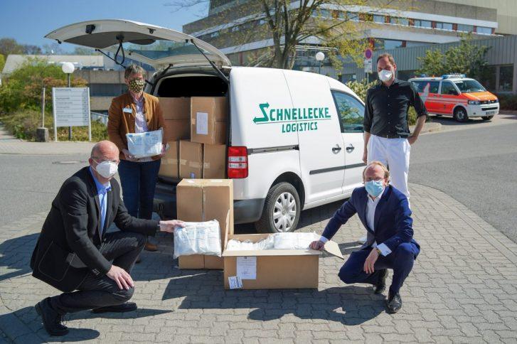 Bei der Übergabe der Masken an das Klinikum Wolfsburg: Ingolf Viereck, Christiane Bitter, Nikolaus Külps und Professor Nils Homann. Foto: Schnellecke.