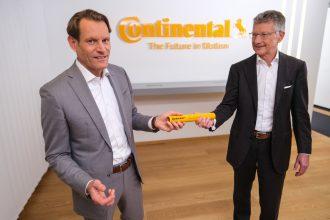 Der aktuelle Vorstandsvorsitzende Elmar Degenhart übergibt symbolisch den Staffelstab an seinen Nachfolger. Foto: Continental AG