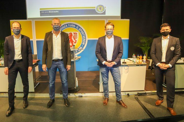 (v.l.n.r) Rainer Cech (Vizepräsident Finanzen), Kay-Uwe Rohn (Vizepräsident Abteilungen), Christoph Bratmann (Präsident) und Dennis Kruppke (Vizepräsident Fußball). Foto: Eintracht Braunschweig.