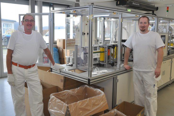 Firmen-Mitgründer Achim Petersohn (links) und der Maschinenführer Robin Bode produzieren am Exer FFP2-Maske. Foto: TIW.
