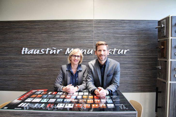 Kathrin Czwalina und Christian Brosch leiten gemeinsam die Brosch Haustür Manufaktur GmbH & Co.KG. Foto: Brosch.