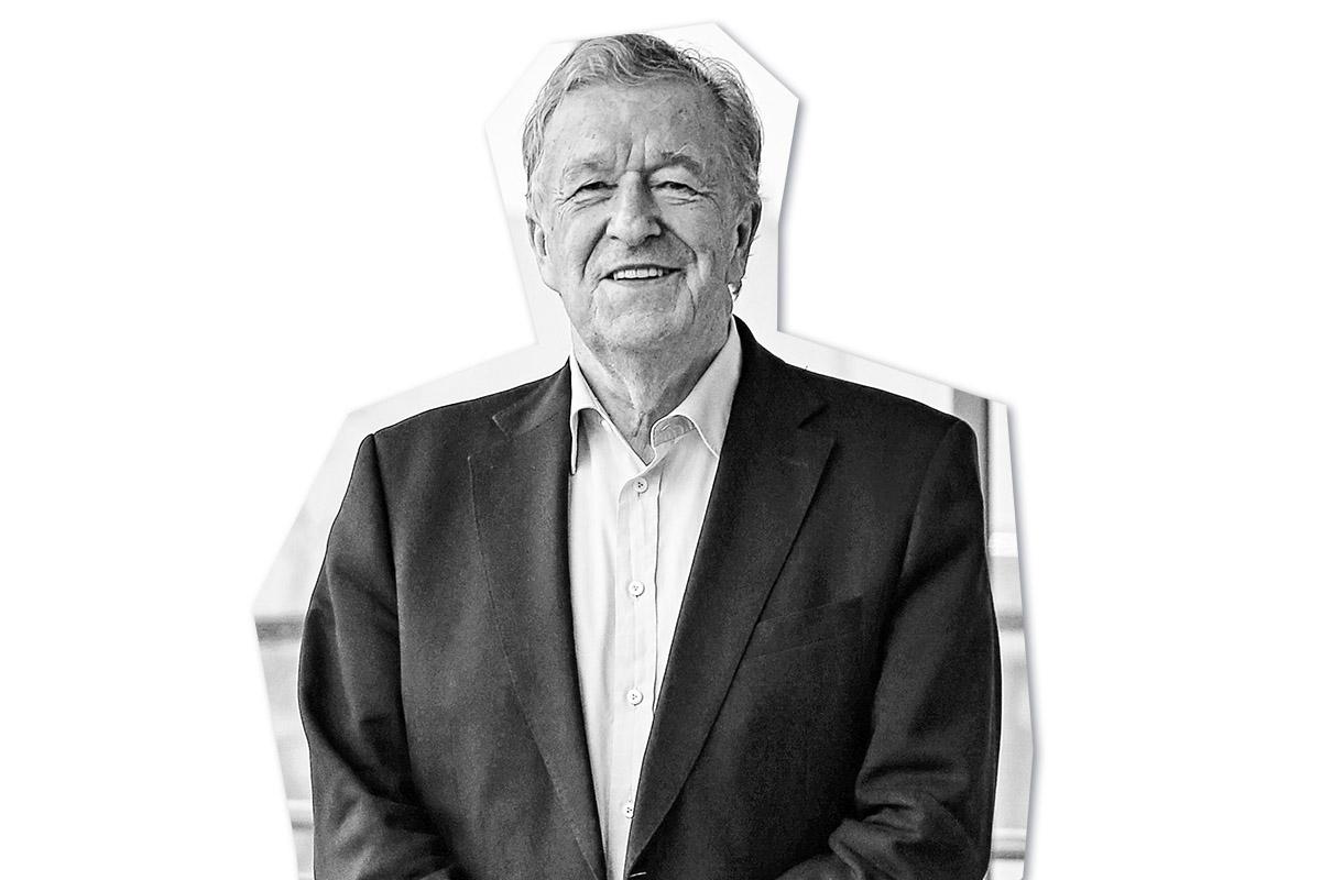 """Rolf Schnellecke … … ist mit seinem Schicksal """"hoch zufrieden"""". Schließlich hat er in seinem Leben gleich zwei Karriereleitern erklommen. Zehn Jahre lang ist er als CDU-Oberbürgermeister das politisch prägende Gesicht der Stadt Wolfsburg, ermöglicht Bauten wie das Phaeno und die City-Galerie und sagt mit der Gründung der Wolfsburg AG der hohen Arbeitslosigkeit den Kampf an. Aus dem einstigen Speditionsgeschäft seines Vaters formt der Jurist einen Logistikdienstleister von Weltrang, der an 70 Standorten in 14 Ländern rund 20.000 Mitarbeiter beschäftigt. Heute steht Wolfsburgs Ehrenbürger dem Familienunternehmen als Aufsichtsratsvorsitzender zur Seite. Ob der Professor auch 60 Jahre später noch weiß, wie man einen LKW repariert? Eine eindrucksvolle Karriere in einem eindrucksvollen Familienunternehmen."""