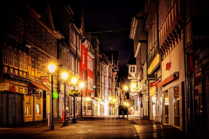 Die Corona-Krise hat das Nachtleben weltweit mehr oder weniger zum Erliegen gebracht. Mehr als es auf den ersten Blick wirkt, sind davon auch der Landkreis Wolfenbüttel und seine Unternehmen betroffen. Foto: kampfmonchichi/pixabay.