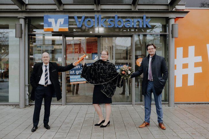 Vorstandsmitglied Mark Uhde (r.) stellte die neue Leiterin der Direktion Salzgitter, Nicole Mölling (m.), vor. Sie übernahm den symbolischen Staffelstab von Stefan Honrath (l.), der die Direktion kommissarisch geleitet hatte. Foto: Volksbank BraWo.